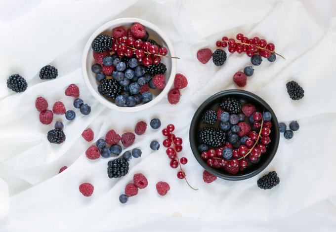 Сезонные ягоды в белой посуде
