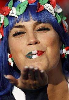 Итальянки шлют воздушные поцелуи... бывшим чемпионам мира.