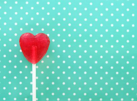 Сердечко: леденец на палочке