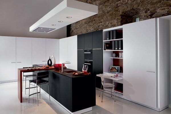 Дизайнеры Warendorf придали кухне максимально «деловой» облик. При желании компактное рабочее место можно скрыть, просто передвинув скользящую дверцу шкафа.