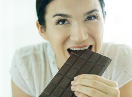 Женщина с шоколадкой