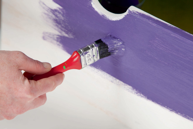 Через час-два окрашенные поверхности ужеготовы кпроведению следующего этапа декорирования. Все,чторанее было покрыто белой краской, теперь покрывают фиолетовой.