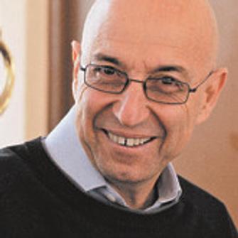 Марик Хазин – гештальттерапевт, психодраматист, ведущий тренингов личностного развития, автор метода интегральной экспрессивной терапии. Автор нескольких книг, одна из них – «От любви до ненависти… и обратно» (Класс, 2005).