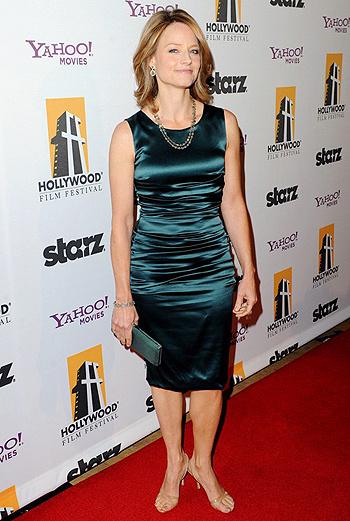 Джуди Фостер не изменила своему классическому вкусу - элегантное шелковое платье ниже колен она дополнила аккуратным ожерельем.