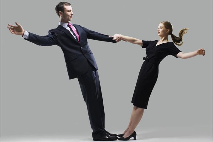 Мужчина и женщина поддерживают друг друга