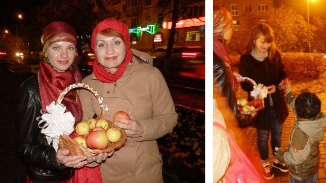 Ижевчанки и их маленький помощник раздавали прохожим яблоки и конфеты