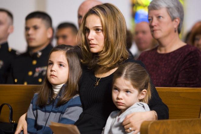 Натали Портман сыграла убитую горем жену, которая разрешает брату своего погибшего мужа за ней приударить.