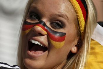 Немецким болельщицам пора смывать макияж: сборная Германии теперь претендует только на третье место.