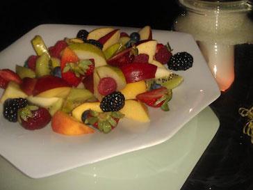 Анастасия Волочкова балует себя свежими фруктами
