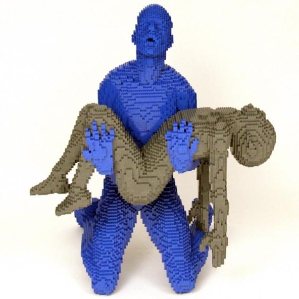 Скульптуры бывшего юриста, несмотря на то, что сделаны из цветного конструктора, вовсе не кажутся детскими. Напротив, многие из них выглядят серьезно и даже трагично.