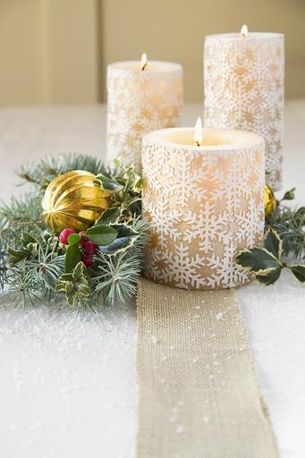 Свечи – это прекрасное украшение как для новогоднего стола, так и для общей атмосферы в доме
