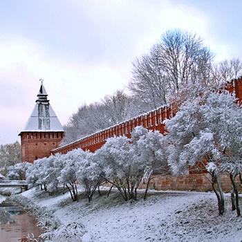 Новогоднюю прогулку по Смоленску стоит начать с Крепостной стены, легендарного памятника архитектуры.