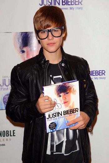 Недавно Бибер получил статуэтку «Артист года», а также победил в номинациях «Прорыв года», «Лучший альбом», «Лучший исполнитель в жанре поп/рок» на American Music Awards-2010.