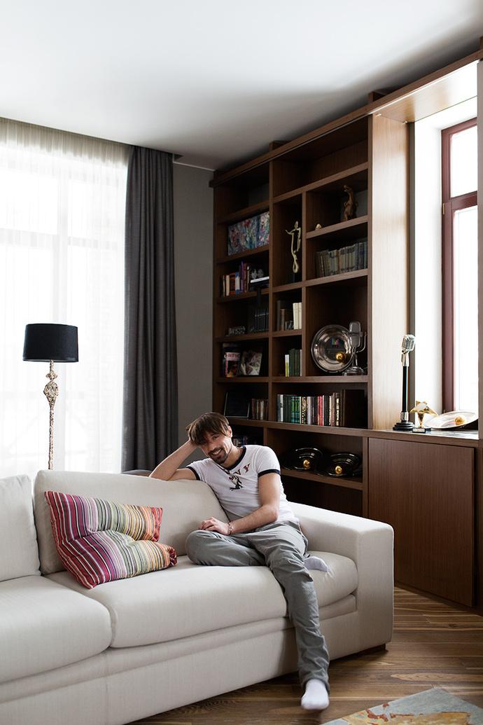Дима Билан в гостиной