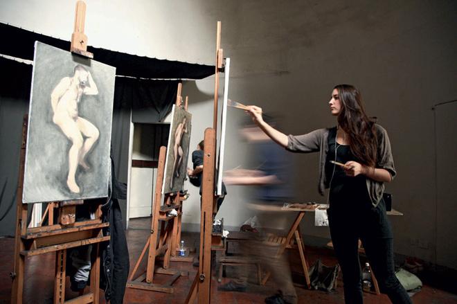 Девушки в арт-школе Чарльза Сесиля рисуют голого мужчину.