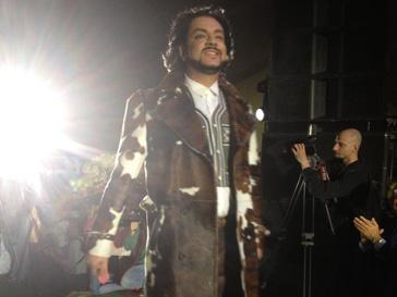 Филипп Киркоров в пальто из коровьей шкуры на юбилейном показе Etro на Даниловском рынке