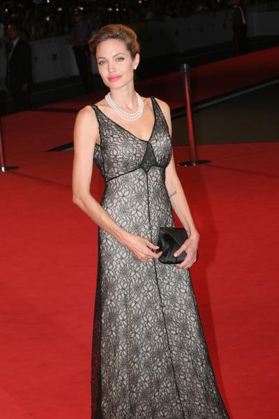 Анджелина Джоли готова усыновить ребенка с острова Гаити