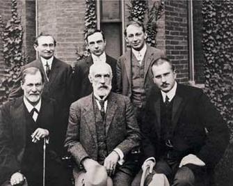 Зигмунд Фрейд (в первом ряду крайний слева) и его ученик Карл Густав Юнг (в первом ряду крайний справа) – на групповом снимке участников конференции психологов в Университете Кларка (США) в 1909 году.