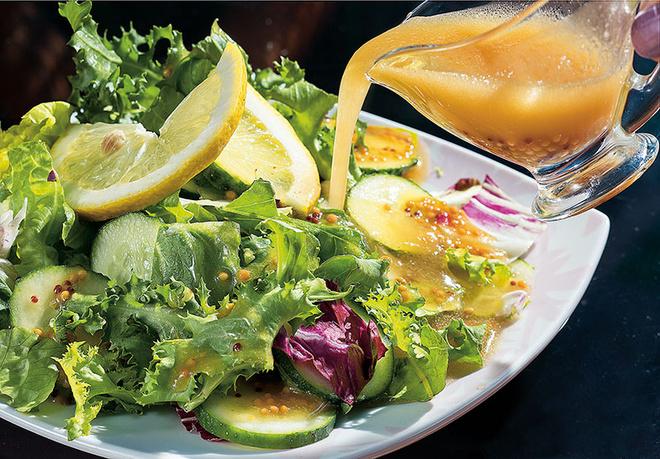 Зеленый салат с огурцом