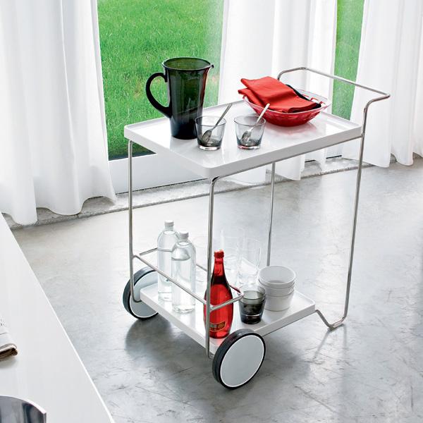 Чтобы переместить столик изодного помещения в другое, бывает достаточно идвух колесиков. Столик из линейки Tray (Calligaris, Италия). От 18 170 руб.