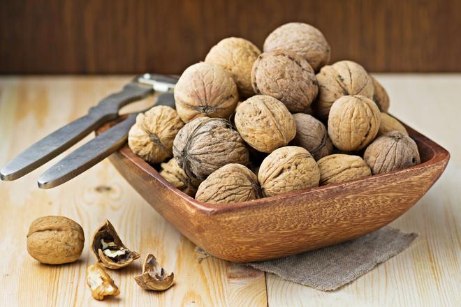 почистить грецкие орехи от скорлупы