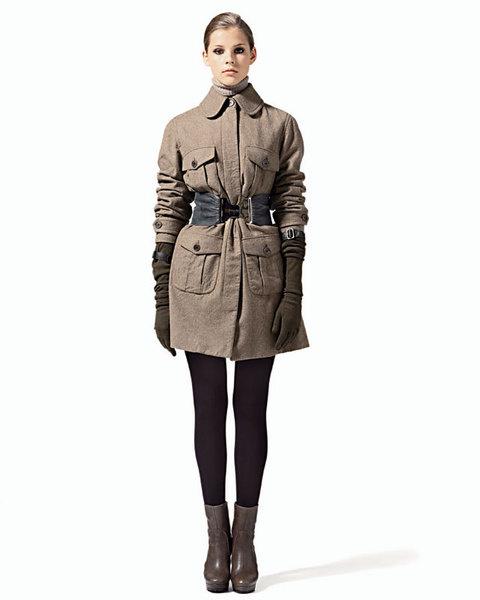 Пальто в стиле милитари из шерсти, Aspesi;ремень, Patrizia Pepe;колготы, Pompea;перчатки, Ennio Capasa для Costume National;ботильоны, MaxMara