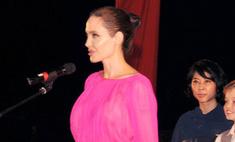 Развод ей к лицу: Джоли удивила розовым секси-платьем