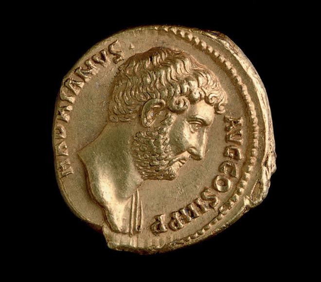 Монета с изображением римского императора Адриана, реформатора, покровителя наук и искусств.