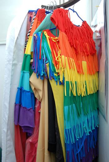 Мягкие, струящиеся, летящие ткани, натуральные шелка всех видов, тончайший хлопковый батист и простой, но нежный ситец – все они ласково одевают тело.