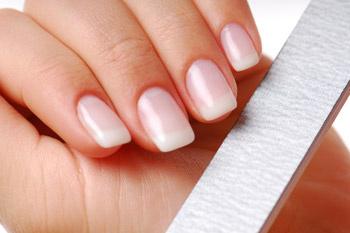 Если ногти слоятся, скорее всего речь идет о нехватке целого «букета» витаминов и микроэлементов.