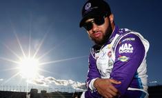 Темнокожий пилот NASCAR пожаловался, что ему в гараж подбросили виселицу. Это оказалась петля для закрытия ворот