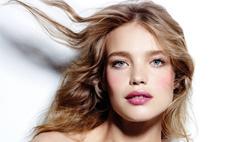 Водянова стала лицом косметической кампании Etam