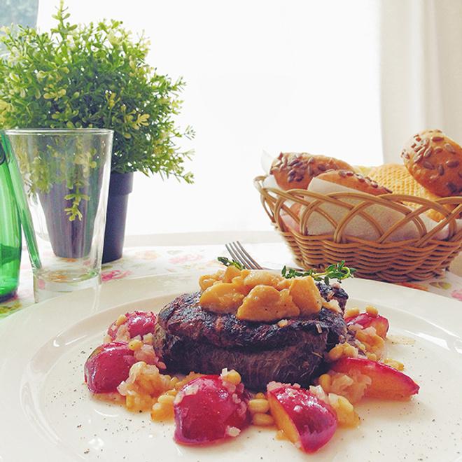 Стейк из говядины с жареными сливами и грибами