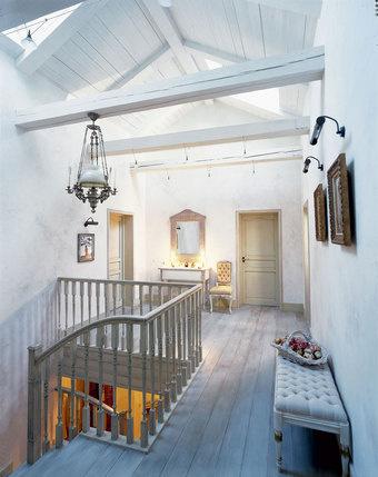 Балясины лестницы скопированы с ножек консоли от Saldo, украшающей холл второго этажа. Банкетка от Volpi, зеркало от Smania, люстра - из салона «Голландские интерьеры».