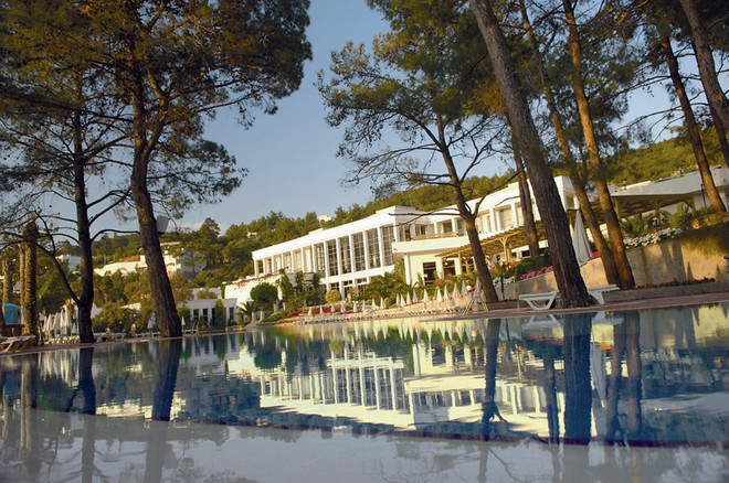 В отеле Rixos Premium Bodrum так много деревьев и воды, что почти не видно людей.