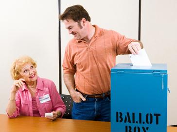 Мужчина, голосующий ны выборах