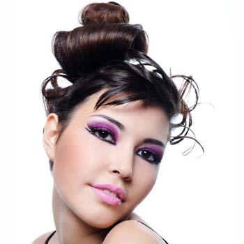 Волосы, залитые лаком или покрытые гелем, производят примерно такое же впечатление, как юбка с разрезом до бедра.