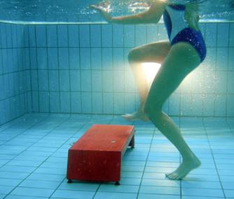 В воде наш вес снижается на 30%, поэтому тренировка на аква-степе не перегружает позвоночник, суставы и сосуды.