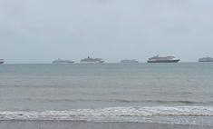 Посмотри, как безлюдные круизные лайнеры стоят у берегов Британии
