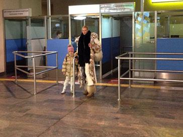 Анастасия Волочкова с дочкой в аэропорту
