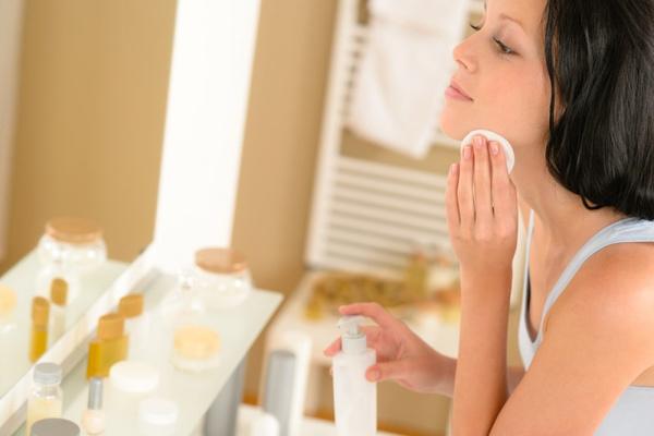 Как снять макияж. использование специальных средств