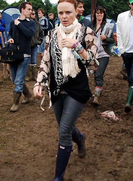 Стелла МакКартни знает толк в практичной одежде - не зря ее линия пользуется таким успехом - в ней сочетаются удобство и сексуальность. Для фестиваля дизайнер и мама выбирает темные расцветки, многослойность и, конечно, резиновые сапоги.