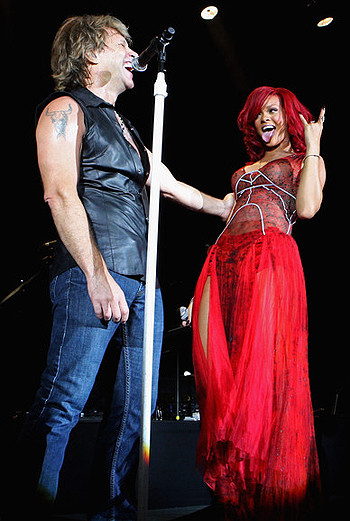 Совместное выступление Рианны и Бон Джови за день до официальной церемонии.