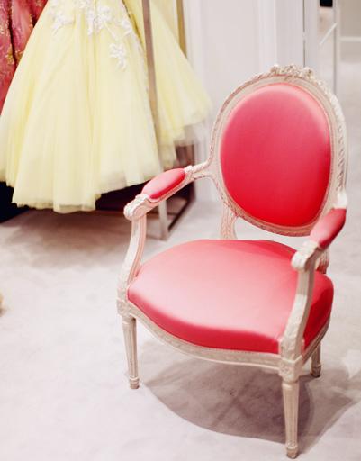 Мебель идеально гармонирует с драгоценными платьями Dior