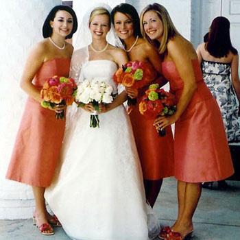 Алый, красный, коралловый цвета в платье подружек невесты.
