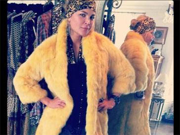 Виктория Лопырева выбирает цветной мех.