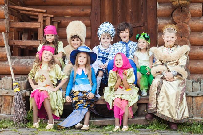 Юные красноярские актеры в образах героев сказки «Летучий корабль»