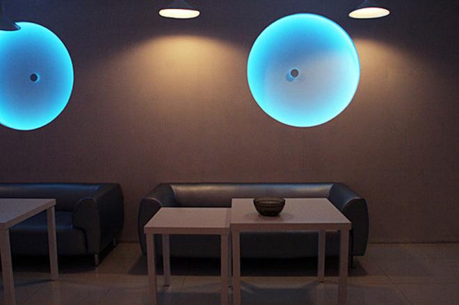 Сотрудники Rambler обедают в комнате с приглушенным светом.