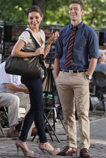 На съемки романтической комедии «Выгодные друзья» с Джастином Тимберлейком (Justin Timberlake) в главной роли американская актриса Мила Кунис (Mila Kunis) надевала туфли Steve Madden.