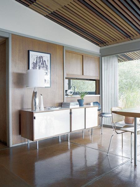 Встроенные шкафы в столовой сохранились со времен постройки дома. На винтажном японском комоде — лампа с хромированным основанием от Джорджа Ковакса.